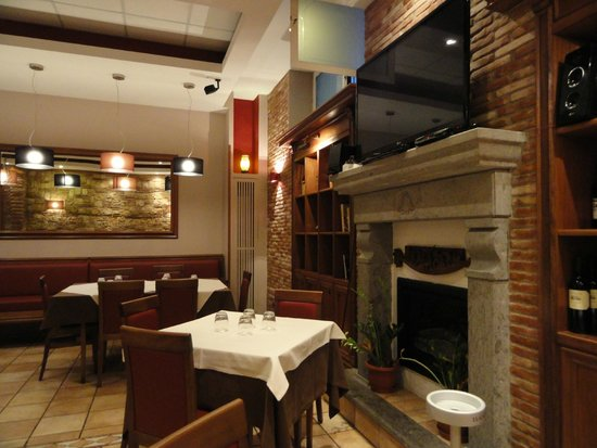 Il Focolare: One of the nice dining rooms. Very well decorated yet comfortable for friends and family