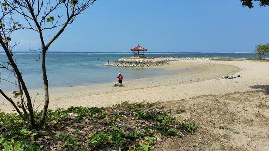 Segara Village Hotel : The beach in front of the hotel