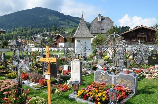 Wallfahrtskirche Maria Alm: View of the cemetery.