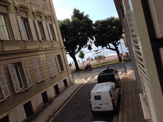 Hotel Beau Rivage : 窓からビーチをのぞむ