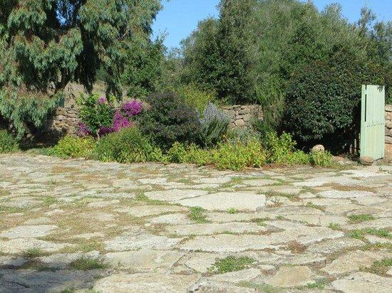 Genna 'e Corte: il giardino della corte principale