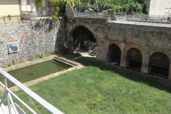 Fishpond foto di villa romana e antiquarium minori for Koi pond traduzione