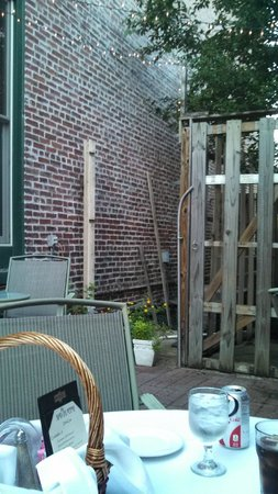 Mad Platter Restaurant & Catering: Beautiful Courtyard Dining at The Mad Platter