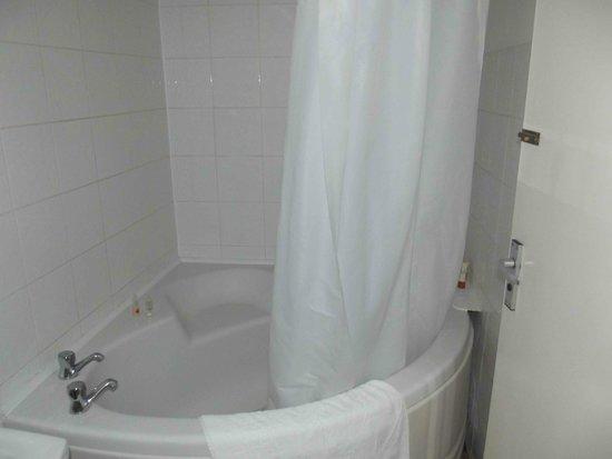 The Chesterhouse Hotel: Bath stuffed into bathroom.