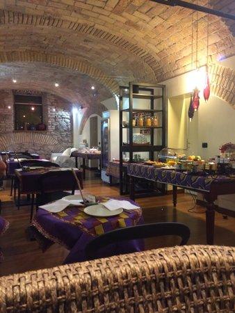 Palm Gallery Hotel: Basement breakfast area