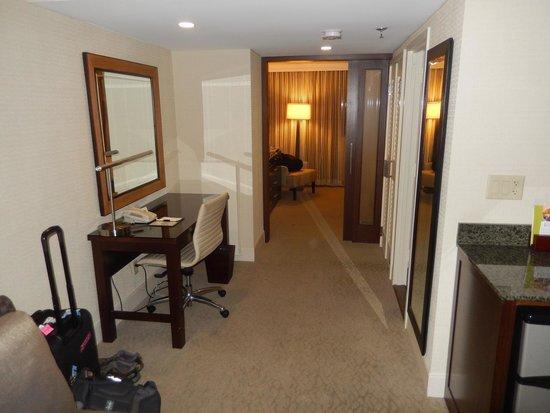 DoubleTree by Hilton - Washington DC - Crystal City: Suite Work Area