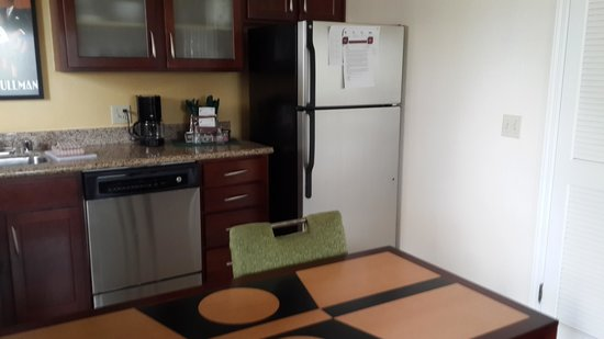 Residence Inn Oxnard River Ridge : kitchenette