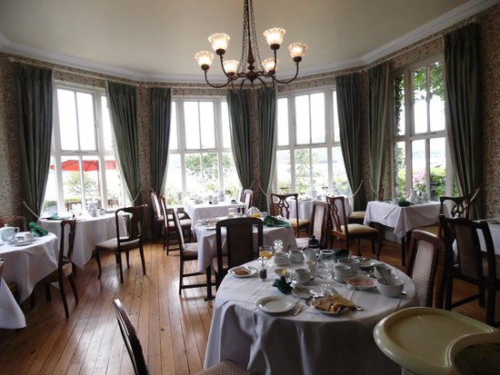 Carrig Country House & Restaurant : View across dining room to windows overlooking lake