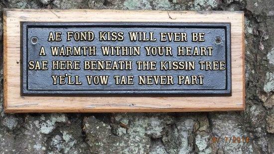 Brig O Doon Hotel: Kissing tree sign