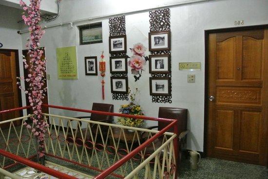 Hsin Hsin Hotel: 306号室のシャワーの裏側にソファがある。覗きに注意!