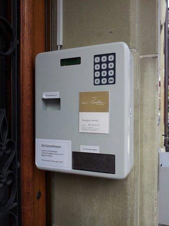 Am Pavillon B&B : 번호누르는기계 예약메일로 번호가전송됩니다 번호를 누르면 방열쇠가나옵니다