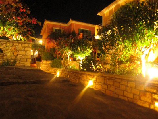 9 Muses Hotel Skala Beach : Grounds at night