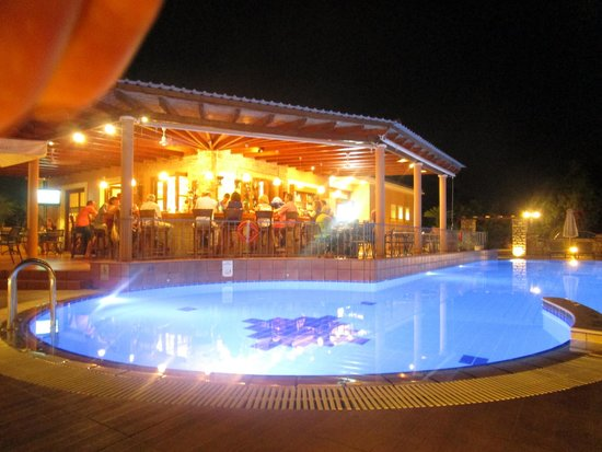 9 Muses Hotel Skala Beach : Pool and bar at night
