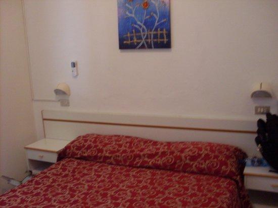Hotel Ottavia: Кровать занимает почти все пространство в номере