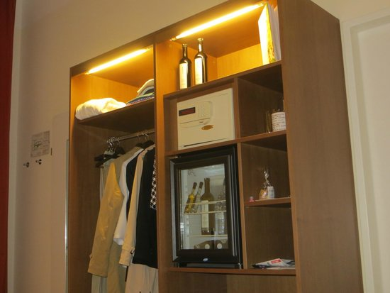 Garderobe picture of hotel rathaus wein design vienna for Wine and design hotel vienna