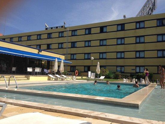 Novotel Porto Gaia: Pool and main hotel building