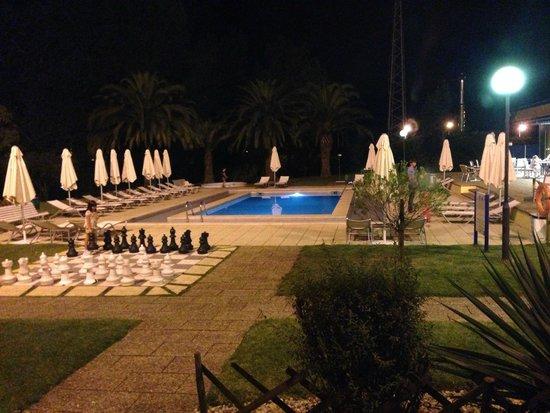 Novotel Porto Gaia: Pool area at night from Room