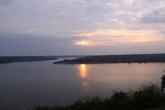 Mweya Safari Lodge: Alba sul Kazinga Channel