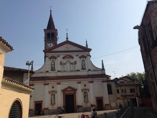 Trivolzio, Italy: la facciata e l'imponente campanile