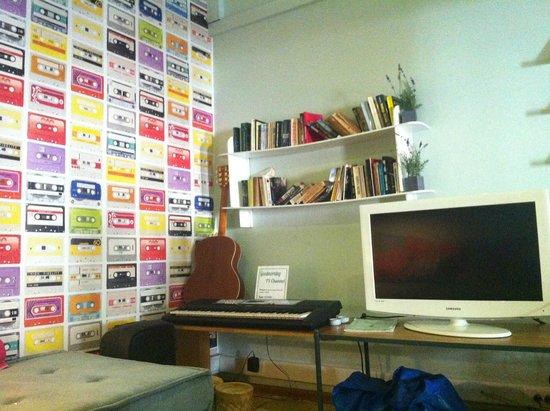 Goodmorning Hostel: Sala de vídeo