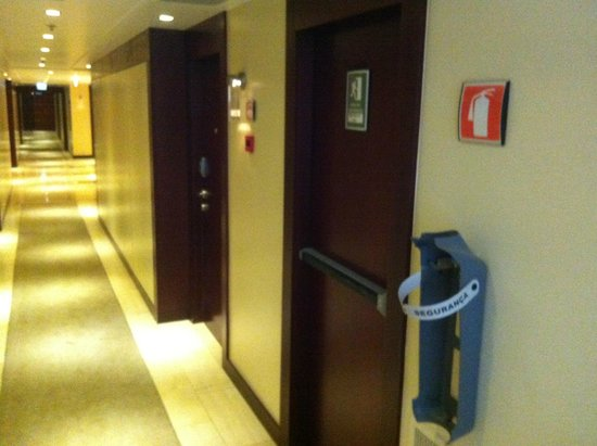 Crowne Plaza Porto: Missing fire extinguisher in the hallway