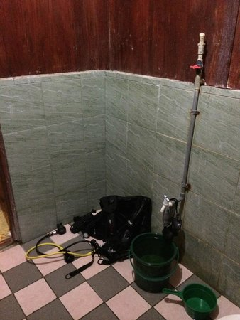 Uncle Chang's Sipadan Mabul Dive Lodge: shower with bucket