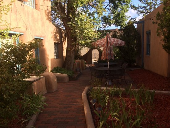 Inn at Pueblo Bonito Santa Fe: Cute courtyard