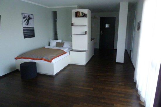 The Flag Zürich: Riesenzimmer - kleines Bett, als Einzelzimmer gut, als Doppelzimmer schlecht