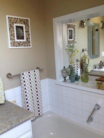 Nine Gables B&B: Upstairs bathroom has tub shower and skylight
