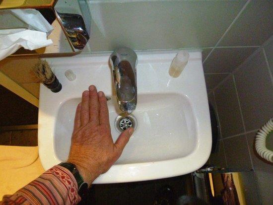 Hotel Vossius Vondelpark: Micro-Sink in Pre-Fab Box Room