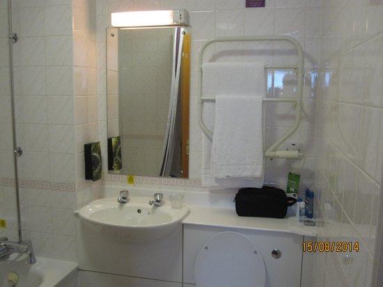 Leonardo Royal Hotel Edinburgh: Bathroom with little counter space above the toilet