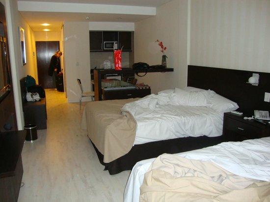 Icaro Suites: Suíte com duas camas de casal grandes, TV Plasma, cozinha embutida