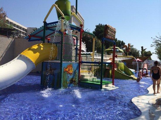 Tusan Beach Resort: Kids play pool.