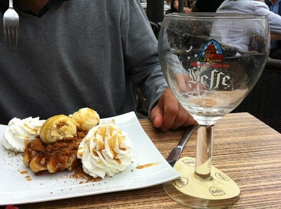 Cafe Leffe: la gaufre ch´ti : glace vanille, speculoos et creme fouettee.