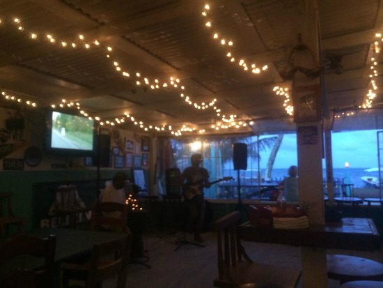 Barrier Reef Sports Bar & Grill: Live music sometimes..