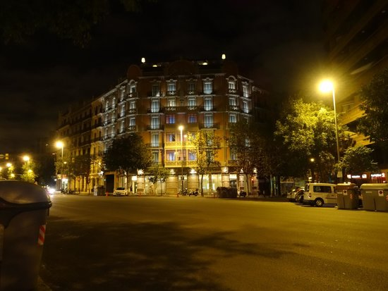 Hotel Cram : The view of the hotel at night from across the street.