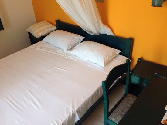 Naxos Beach Hotel: Small bed (140cm) in a super tiny room