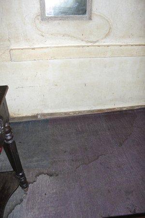 Singhvi's Haveli: Mur et sol sales et endommagés