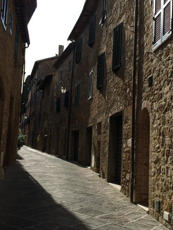 Hotel Palazzo del Capitano Exclusive Wellness & Relais: View of the street in front of Palazzo Capitano in San Quirico Val d'Orcia
