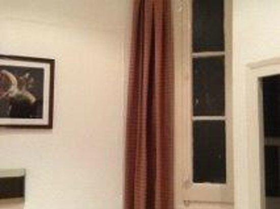 Hotel Medium Monegal : Seule fenêtre de  la chambre donnant sur un conduit