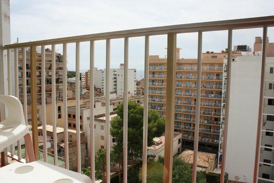 Blue Sea Arenal Tower: Udsigten fra værelset mod stranden