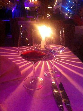 Angels & Demons Restaurant: Un ottimo bicchier di vino e una bellissima luce a lume di candela