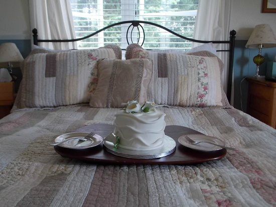 Tucker House Inn: Cake on bed