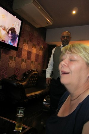 Tandoori Hut: one of the staff having a laugh with us