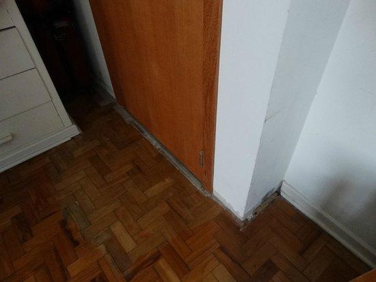 Hotel Jerubiacaba : Trocaram a porta mas nem fizeram o acabamento.