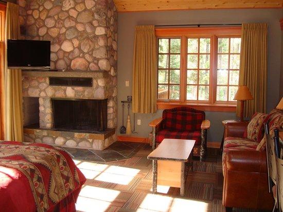 Alpine Village Cabin Resort - Jasper : Room seating area / fireplace / TV