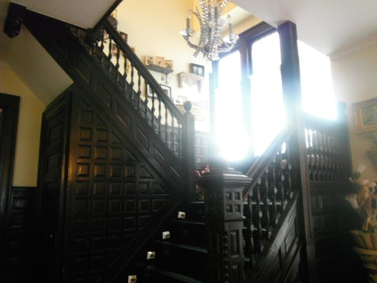 Redwood Bed & Breakfast : grand staircase to your room