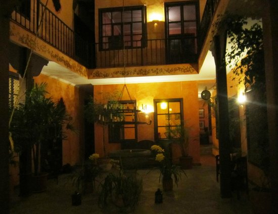 Hotel Casa del Aguila: The courtyard at night