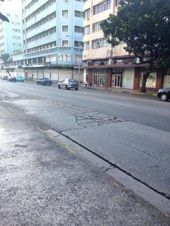 Hotel Vedado: calle 23 principal a escasos metros
