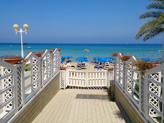 Sunrise Beach Hotel: View from hotel to beach